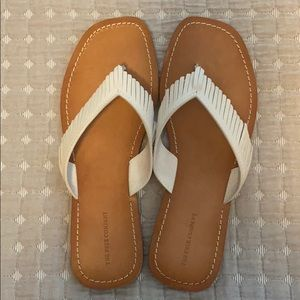 FRYE | Perry Feathered Thong Sandals